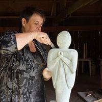 Gerda aan het beeldhouwen